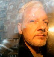 Arkivbild från 2019. Julian Assange förs från rättssalen.  Matt Dunham / TT NYHETSBYRÅN