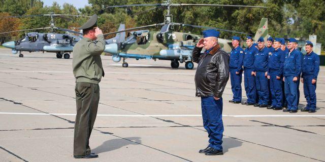 Ryska piloter anländer till en flygbas i Vitryssland inför militärövningen Zapad. TT / NTB Scanpix