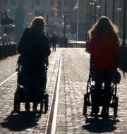 Föräldralediga med barnvagn på promenad. Hasse Holmberg / TT / TT NYHETSBYRÅN