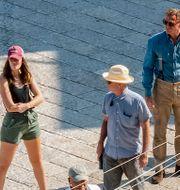 """Huvudrollsinnehavaren Daniel Craig tillsammans med delar av filmteamet under inspelningen av """"No time to die."""" Fabio Dell'Aquila / TT NYHETSBYRÅN"""