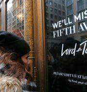 Bild från när Lord & Taylor stängde sin flaggskeppsbutik på Fifth Avenue i New York förra året. Kathy Willens / TT NYHETSBYRÅN