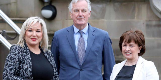 Nordirländska ministrarna Michelle O'Neill och Diane Dodds tillsammans med Barnier. PAUL FAITH / AFP