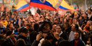 Människor demonstrerar mot Colombias president Iván Duque i Colombias huvudstad Bogotá.  RAUL ARBOLEDA / AFP