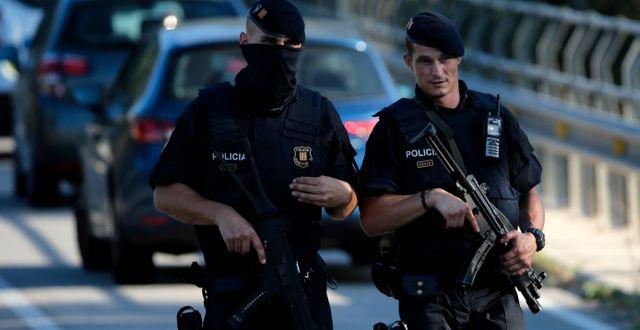 Två polismän under en tidigare insats i Barcelona. Emilio Morenatti / TT / NTB Scanpix