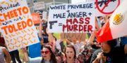 Demonstranter med plakat inför Donald Trumps besök i dåddrabbade Dayton.  John Minchillo / TT NYHETSBYRÅN/ NTB Scanpix