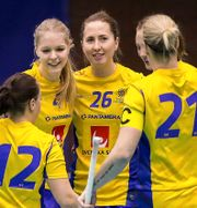 Sveriges Emelie Wibron jublar med lagkamrater under matchen. PER WIKLUND / BILDBYR N