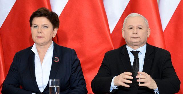 Premiärminister Beata Szydlo (L) och PIS-partiledare Jaroslaw Kacxynski. JANEK SKARZYNSKI / AFP