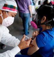 En kvinna i Tegucigalpa i Honduras får vaccin mot covid-19.  Elmer Martinez / TT NYHETSBYRÅN