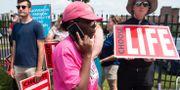 En kvinna från Planned Parenthood passerar ett antal abortmotståndare i Missouri. SAUL LOEB / AFP