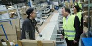Statsminister Stefan Löfven (S) pratar med Simon Lindvall under sitt besök på Marbodals fabrik i Tidaholm 2017.  Adam Ihse/TT / TT NYHETSBYRÅN