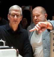 Apples vd Tim Cook med Jony Ive Jeff Chiu / TT NYHETSBYRÅN