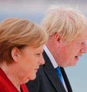 Boris Johnson och Tysklands Angela Merkel under det pågående G7-mötet  Phil Noble / TT NYHETSBYRÅN