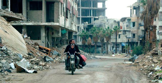 Arkivbild: Syrian man drives past destroyed buildings in Arbin on December 18, 2018. MAHER AL MOUNES / AFP
