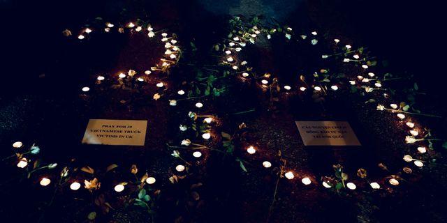 Ljus tända för offren som hittades i lastbilen utanför London. STRINGER / TT NYHETSBYRÅN