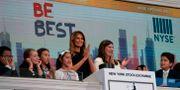 Presidenthustrun Melania Trump ringde i börsklockan när New York-börsen öppnade på måndagen.  DON EMMERT / AFP