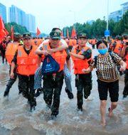 Kinesisk militär evakuerar folk från ett sjukhus. TT NYHETSBYRÅN