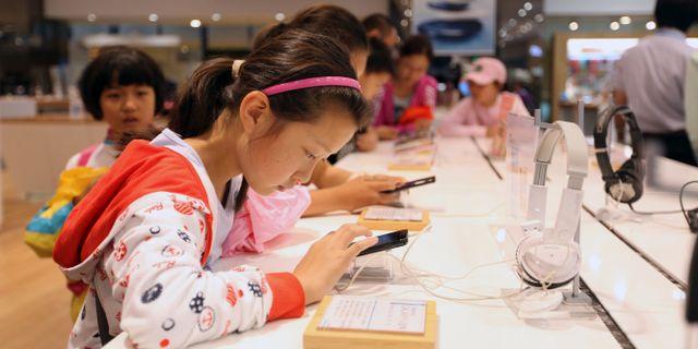 Arkivbild, barn med mobiltelefoner. Hye Soo Nah / TT NYHETSBYRÅN