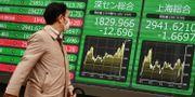 Illustrationsbild: En man går förbi en indextavla som visar utvecklingen på börserna i Shenzhen och Shanghai.  CHARLY TRIBALLEAU / TT NYHETSBYRÅN