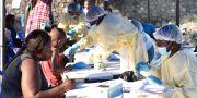 Hjälparbetare samlar in information från människor innan ebolavaccinet ska delas ut. OLIVIA ACLAND / TT NYHETSBYRÅN