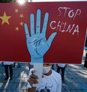 En uigur i Turkiet demonstrerar mot Kina. Emrah Gurel / TT NYHETSBYRÅN