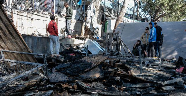 Det utbrunna plåtskjulet i migrantlägret. Panagiotis Balaskas / TT NYHETSBYRÅN
