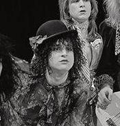 Sylvain Sylvain (tvåa från vänster) och de andra medlemmarna i New York Dolls 1973. Arkivbild. AVRO/Wikimedia Commons
