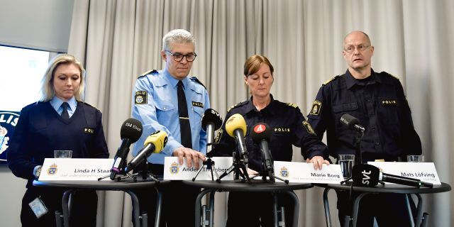 Anders Thonberg i ljusblått i mitten. Stina Stjernkvist/TT / TT NYHETSBYRÅN