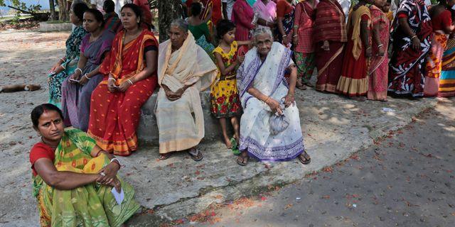Människor köar för att rösta i Uluberia i Indien.  Bikas Das / TT NYHETSBYRÅN