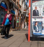 En kvinna går förbi valaffischer i Bulgarien. Visar Kryeziu / TT NYHETSBYRÅN
