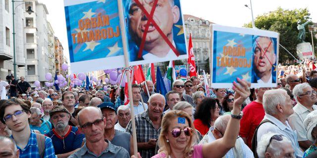 Drygt 1 000 EU-vänliga ungrare protesterade på söndagen mot premiärminister Viktor Orbán och hans parti Fidesz.  Bernadett Szabo / TT NYHETSBYRÅN