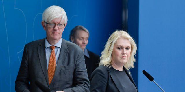 Folkhälsomyndighetens generaldirektör Johan Carlson och socialminister Lena Hallengren (S). Jessica Gow/TT / TT NYHETSBYRÅN