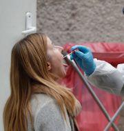 En kvinna testas vid ett sjukhus i Warszawa i Polen Czarek Sokolowski / TT NYHETSBYRÅN