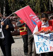 Demonstranter vid huvudkontoret utanför Paris.  Christophe Ena / TT NYHETSBYRÅN