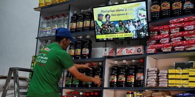 Colombiansk tv sänder nyheten om att Farc-gerillan återupptar väpnad kamp. LUIS ROBAYO / AFP