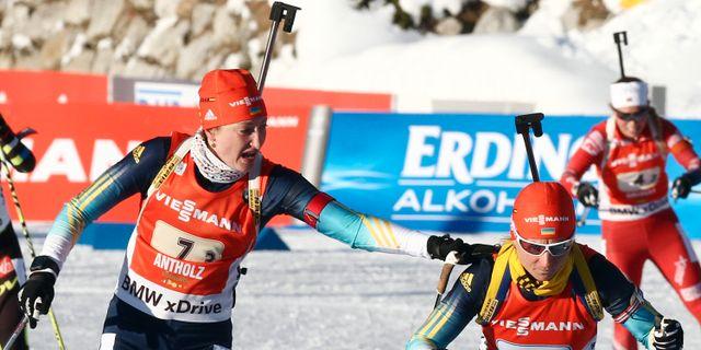 Ukrainas Olga Abramova växlar till en lagkamrat i en stafett förra vintern. Felice Calabro' / TT / NTB Scanpix