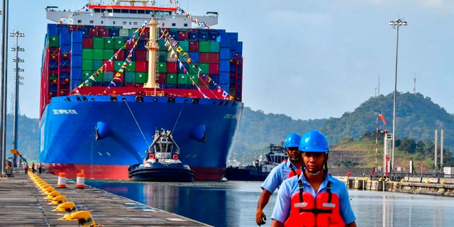 Arkivbild: Kinesiskt fraktfartyg i Panamakanalen i december förra året. LUIS ACOSTA / AFP