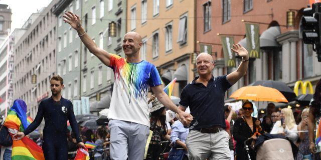 Mark Levengood och Jonas Gardell i Prideparaden. Erik Simander/TT / TT NYHETSBYRÅN