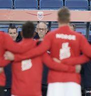 Norges förbundskapten Lars Lagerbäck syns mellan spelarna inför en match i oktober. Stian Lysberg Solum / TT NYHETSBYRÅN