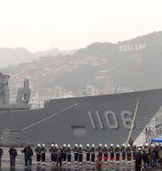 Marinsoldater framför Taiwans missilfregatt i Keelungs hamn.  Johnson Lai / TT NYHETSBYRÅN