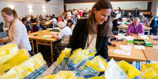 Therese Ortner, ställföreträdande chef rättsenheten på länsstyrelsen Skåne, på plats då valsedlar till riksdagsvalet kontrollräknas på Kockum Fritid i Malmö på tisdagen. Johan Nilsson/TT / TT NYHETSBYRÅN