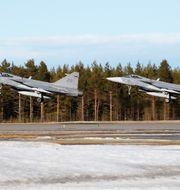 Två JAS 39 Gripen startar på F21 i Luleå. Arkivbild. TT