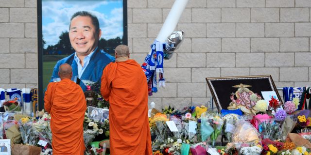 Buddhustiska munkar vid ägarens porträtt vid klubben i England. Mike Egerton / TT NYHETSBYRÅN/ NTB Scanpix