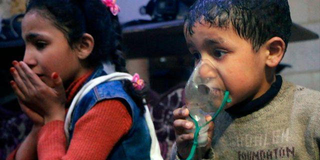 En pojke får hjälp med andningen efter kemvapenattacken i Douma. Bilden är tagen den 8 april 2018. TT NYHETSBYRÅN