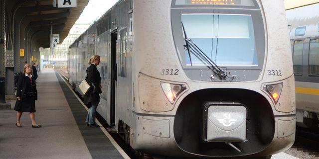 Kvinna kliver ombord ett tåg. FREDRIK SANDBERG / TT / TT NYHETSBYRÅN