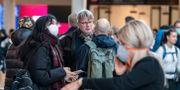 Människor med och utan andningsskydd på Kastrup. Johan Nilsson/TT / TT NYHETSBYRÅN