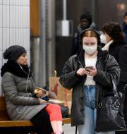 Resenärer med munskydd i Stockholm. Jessica Gow / TT NYHETSBYRÅN