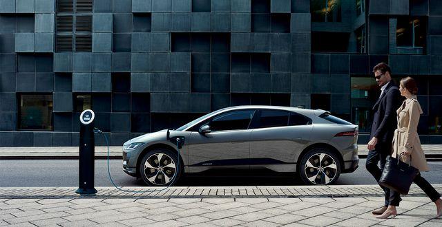 I-PACE EV320 Signature Limited Edition har bland annat ett självlärande navigation som visar dig närmaste tillgängliga laddningsstation.  Jaguar