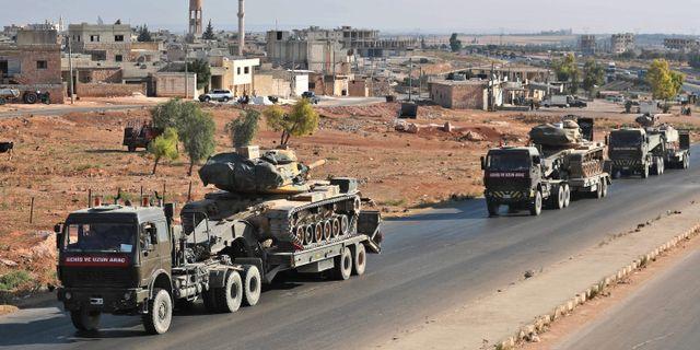 Turkiska konvojen på väg mot Khan Sheikhun. OMAR HAJ KADOUR / AFP