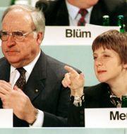 Kohl och Merkel på ett odaterat foto. TT / NTB Scanpix