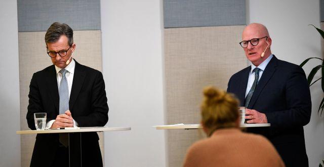 Finansinspektionens generaldirektör Erik Thedéen och Per Håkansson, FI:s tidigare chefsjurist, under en pressträff efter ett extra styrelsesammanträde där undersökningen av Swedbanks styrning och kontroll av åtgärder mot penningtvätt. Pontus Lundahl/TT / TT NYHETSBYRÅN